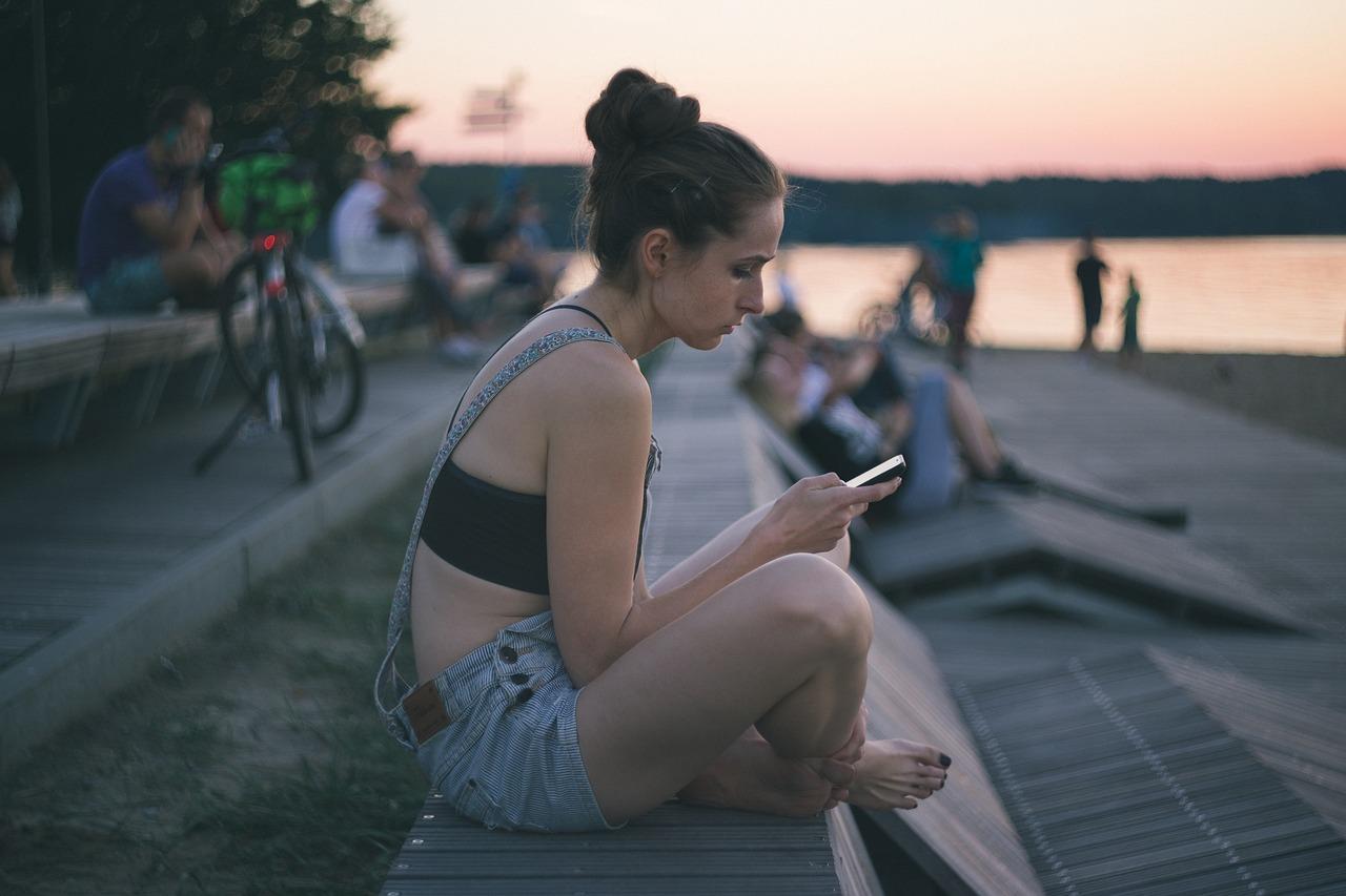 Mirar el móvil puede causar molestias en el cuello