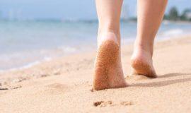 Andar descalzo por la playa